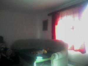 prva izba oproti vchodu.tu zatial oddychujeme na nasom starom gauci