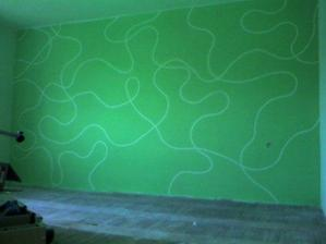 stena v spalni po namalovani(vraj s paskami vyzerala lepsie)