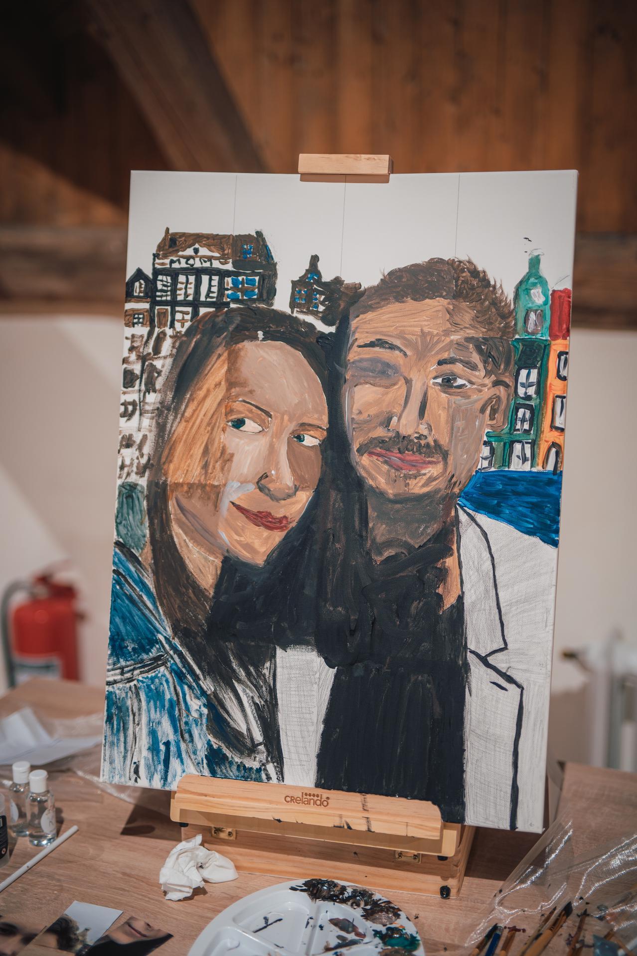 Naše další svatební fotografie - Překvapení od mých rodičů - někteří svatebčané dostali kousek společné fotky mě a manžela a měli za úkol svůj kousek překreslit na plátno :)