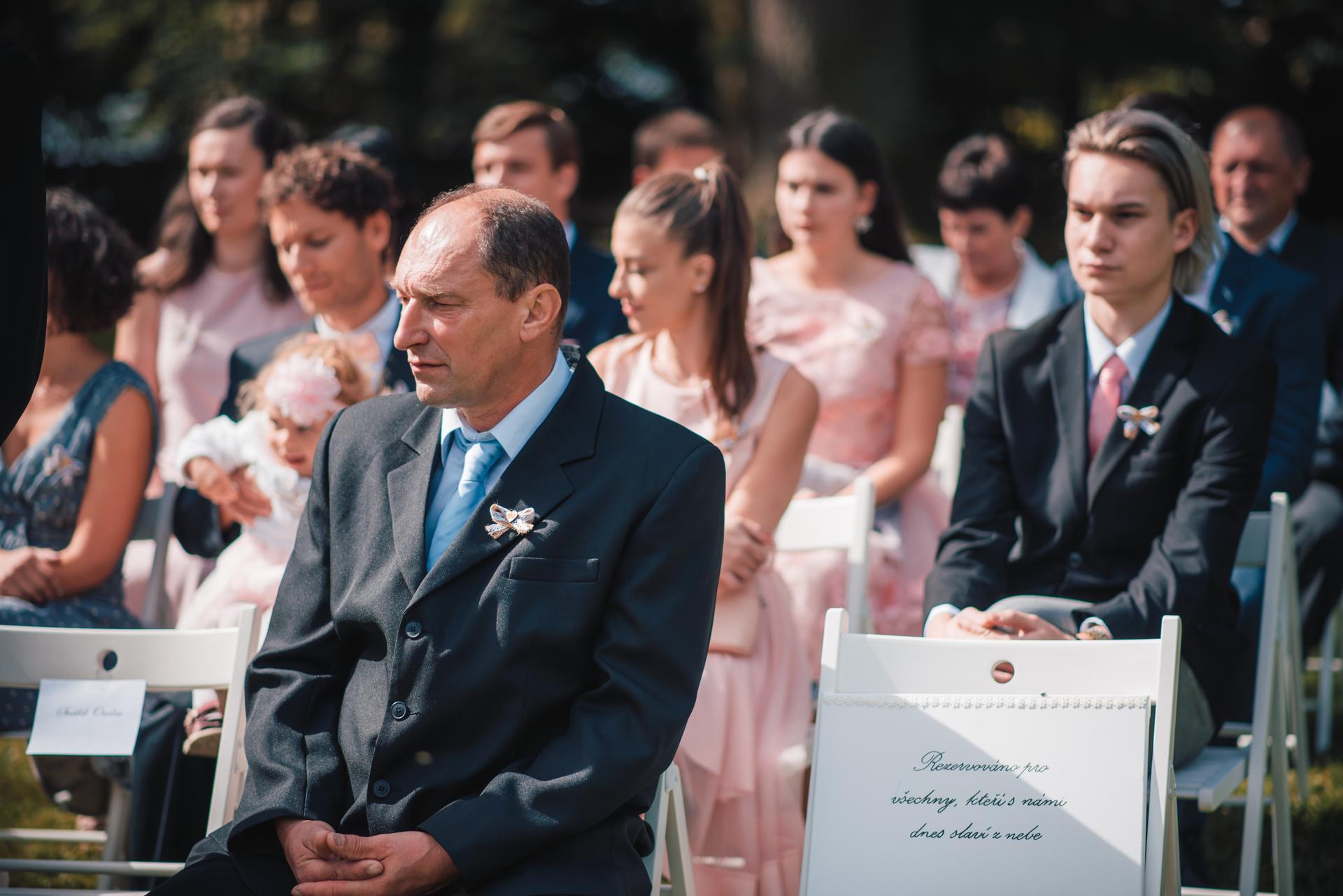 Další fotky z naší svatby - Bohužel nemám jinou fotku téhle cedule. Ležela u ní ještě bílá růže, kterou můj muž po cestě na obřad zlomil na dvě půlky a pár minut před obřadem ještě dával dohromady drátem :D ale nic jsem nepoznala a přiznal mi to až měsíc po svatbě :D