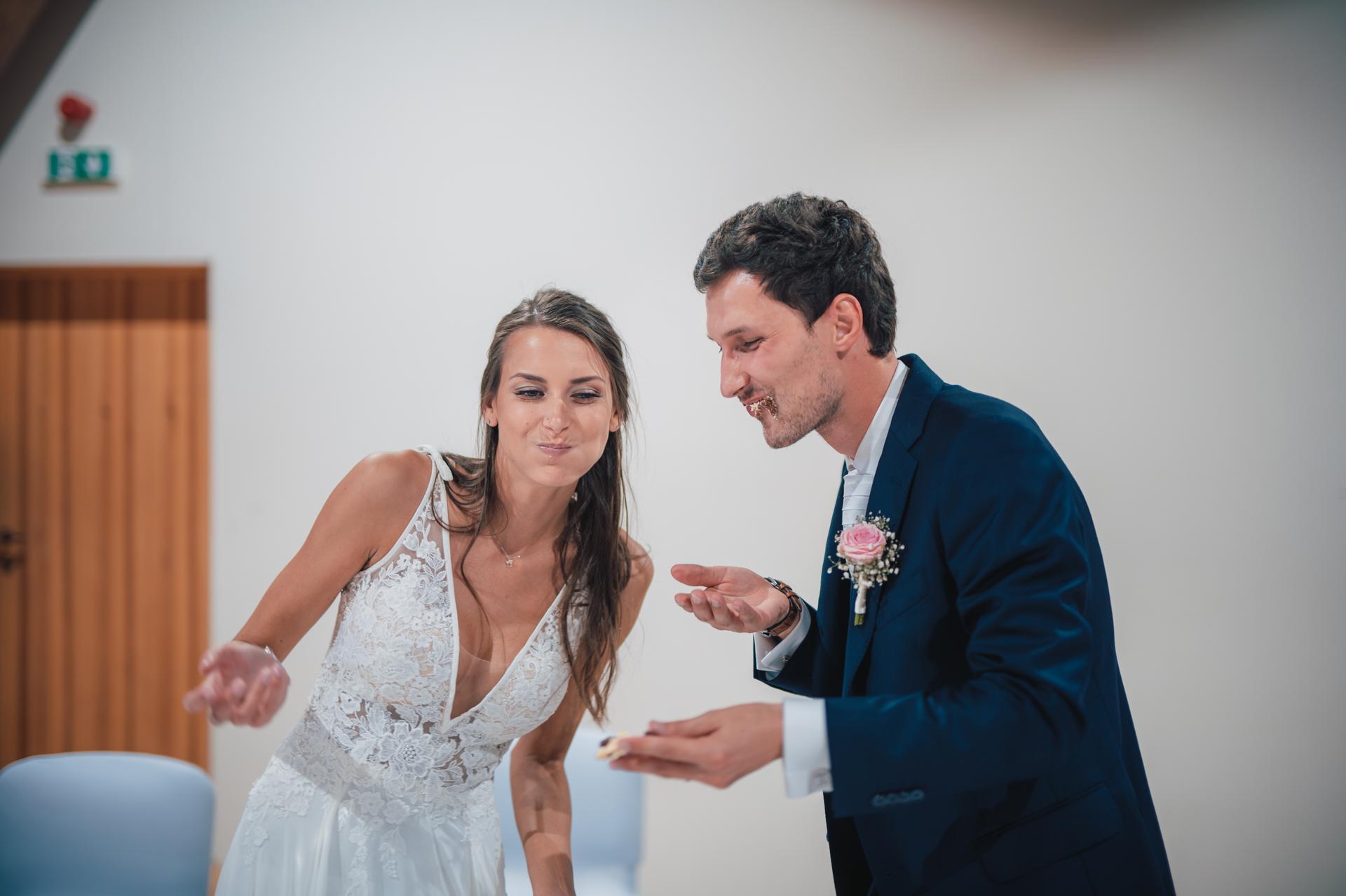 Další fotky z naší svatby - Přece se nebudu obtěžovat dávat dort na talířek a jíst ho jako člověk, když si ho můžeme vzít do ruky :D