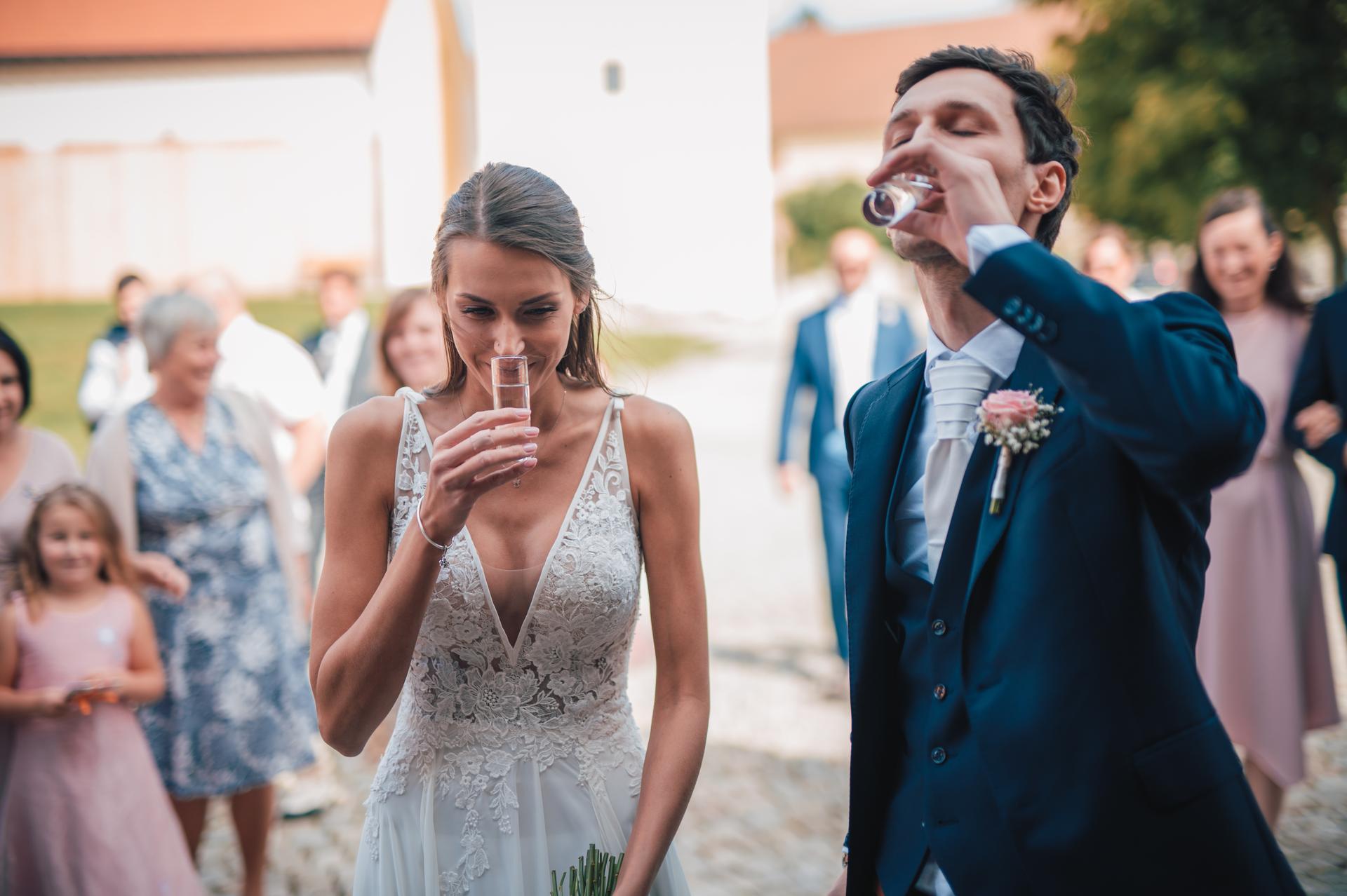 Další fotky z naší svatby - Samozřejmě jsem měla vodku!! :D