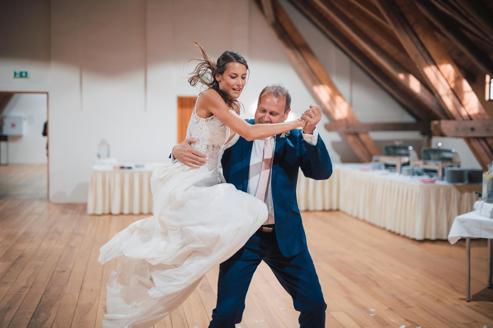 Další fotky z naší svatby - Cha-cha s mým taťkou. :)