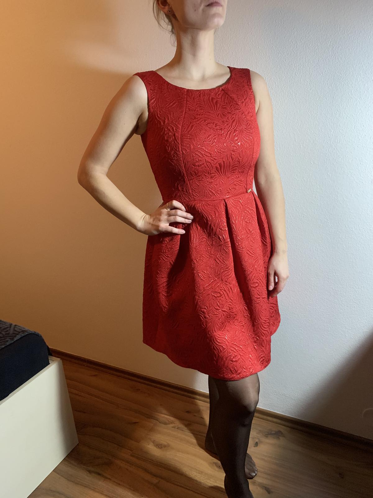 Červené šaty na redovú - Obrázok č. 1