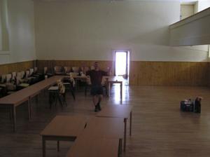 den před svatbou, ženich už křepčí v prázdném sále:-)