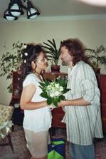 Ženíšek mi dává kyti