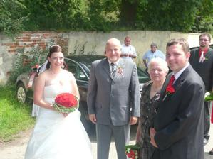 S tatínkem, ženichovo babičkou a ženichem ještě před obřadem