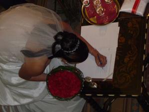 ... i nevěsta podepsala ...