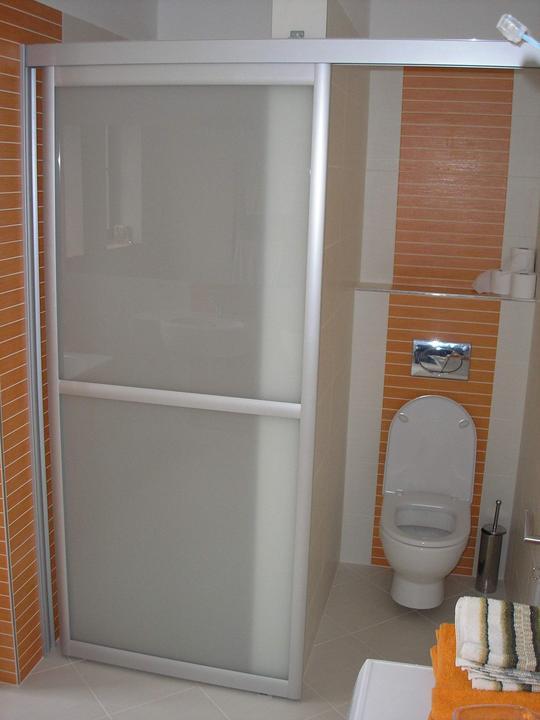 Moja práca- nábytok na mieru - posúvne dvere s hliníkovou konštrukciou v kúpelni