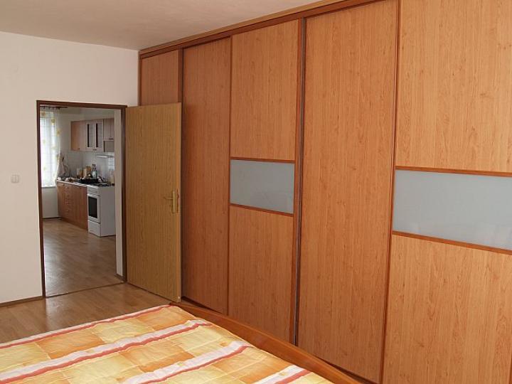 Náš byt - vstavaná skriňa - šírka 4 m.