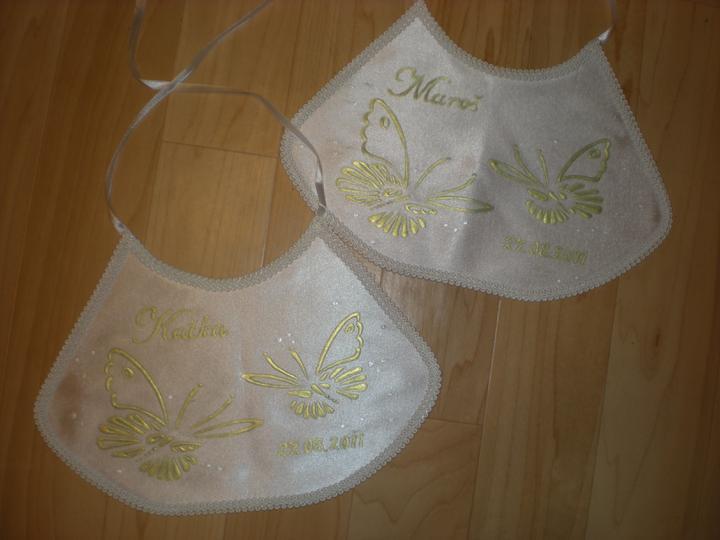 Katka a Maroš - prípravy - Podbradníčky sú už doma, pani ich urobila na moje želanie, lebo motýliky nerobieva :-) sú nádherné