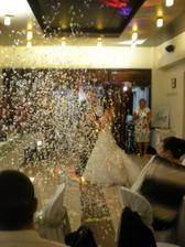 mladomanželský tanec a konfety :D