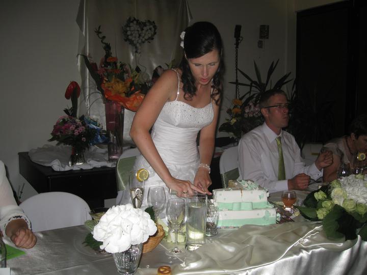 Katka{{_AND_}}Marián - krájanie svadobnej torty