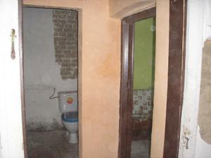Pohled z obýváku-vpravo ložnice,vpřed wc