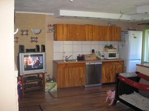 Kuchyňka s obývákem 27m2,i tady se bude dělat nová kuchyňka na stejném místě,ale nová:-)Ale to si ještě počkáme:-(
