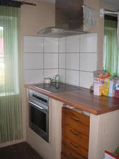K ostrůvku budou zboku přisazeny kuchyňské nízké skříňky,které budou sloužit i na sezení u jídelního stolu:-)