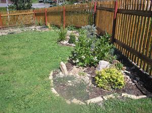 Naše malá okrasná zahrádka a plot