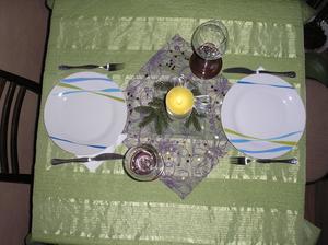 Prostřeno pro 2:-)Sabinka ujídala od stolu:-)