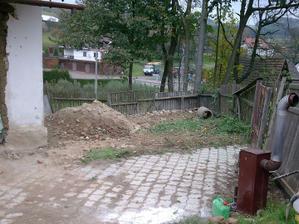 Zbourali sme plot a hned je víc místa kolem domečku