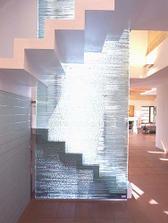 skleněný panel u schodiště vypadá zajímavě