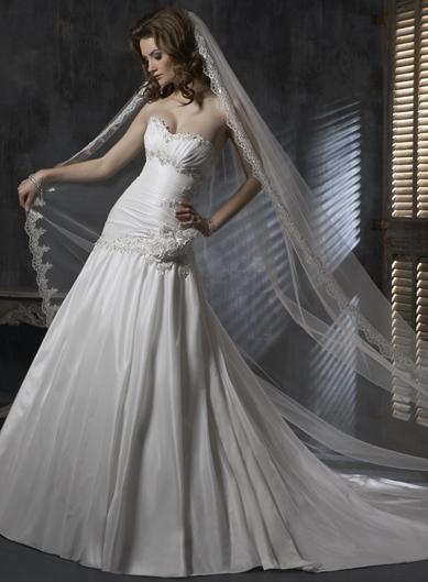 Ifoun - Šaty na modelce se závojem, který k nim patří.