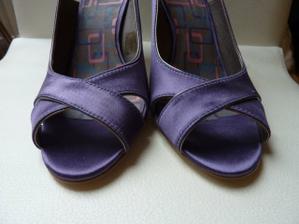 Boty detail - ta fialové je jasnější, akorát ke kytce