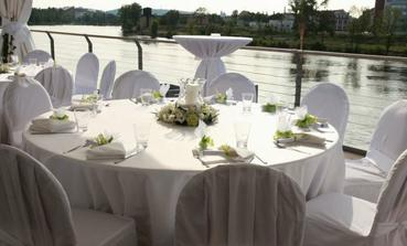 Takto stoly, jen kytička muprostřed jíná, zbytek hezky v bílé. V jednoduchosti je krása :)