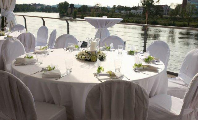 Ifoun - Takto stoly, jen kytička muprostřed jíná, zbytek hezky v bílé. V jednoduchosti je krása :)