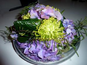 První nástřel kytičky na stůl - jen bude bohatší (aby se zakryla váza) a trošku baculatější.