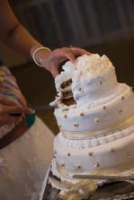 naša svadobná tortička, bola úžasná, len čo sa začala krájať dokrájala sa po posledný kúsok... mňam