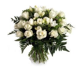 no něco takového - prostě bílé růže s fréziemi a zespoda listy