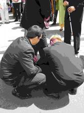 svědek a kamarád připevňují manželovi kouli na nohu