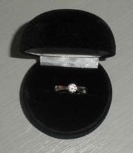 můj zásnubní prstýnek...v karbičce vypadal úžasně..