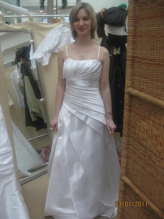 Zkouška šatů - Madora - na netu se mi moc líbily, ale bohužel mi neseděly..