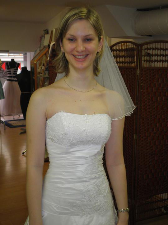Zkouška šatů - první kolo - 1. detail - tyhle šaty prostě dělaly krásný pas