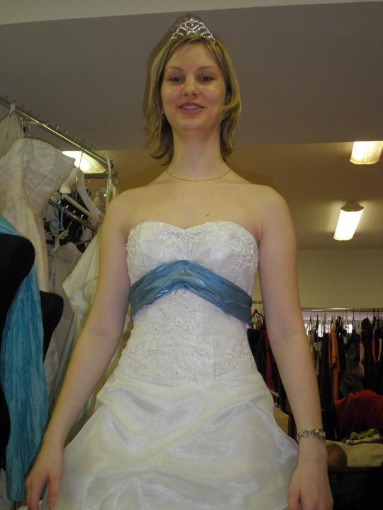 Zkouška šatů - první kolo - 2. ani s modrou stuhou to nebylo ono a navíc mi přišly ty šaty dost těžké