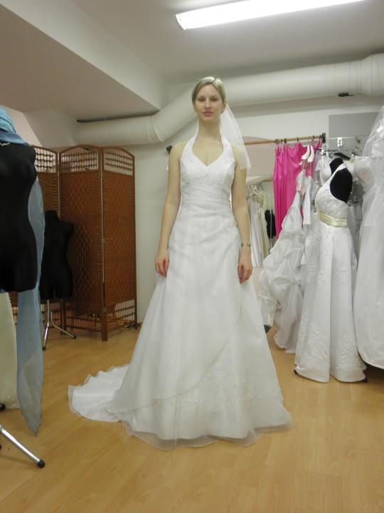 Zkouška šatů - první kolo - 3. tyhle jsem původně zkoušet nechtěla,ale teď se mi líbí čím dál víc