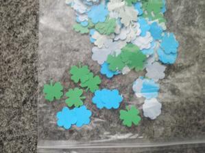 ..kytičky a čtyřlistky z lepícího papiru na čokoládky a do pytlíčků s rýží..