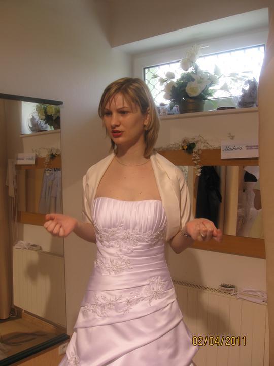 Zkouška šatů - Madora - ..nebo spíš šál ?