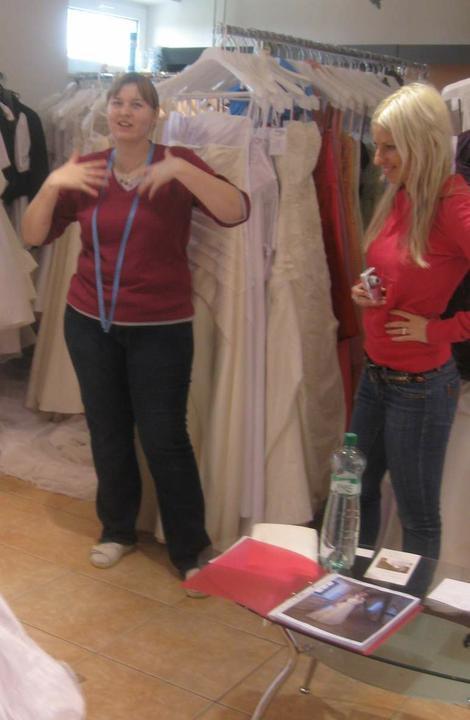 Zkouška šatů - Madora - tahle paní byla vážně skvělá..nic nebyl problém..a že jsem si docela vymýšlela..