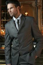 ..ženichovi se ale zalíbila místo černé tahle barva obleku..