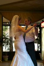 ..tuhle fotku mám moc ráda - tanec s tatínkem..