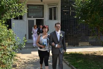 ..a vyrážíme na obřad..ženich s maminkou..