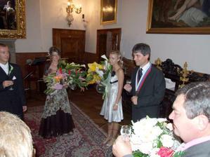 Na zámku po obrade, menší prípitok, v pozadí ženich a svetkyne.