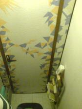 WC - umakart, ale aspoň otapetovaný...mala som to hotové raz dva a aspoň som sa realizovala :)
