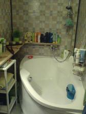 Koupelna - samozrejme tiež umakart..ja viem, chcelo by to jádro, ale zatiaľ je to aspoň takto (na stene sú linové samolepiace kocky, ktoré veľmi nedržia :(((