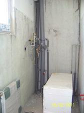 WC - ešte chýba múr, za ktorým bude všetko to potrubie