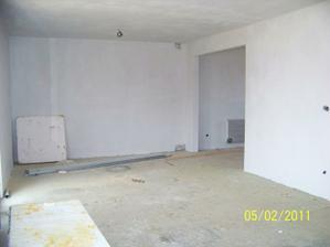 Obývačka so vstupom do kuchyne