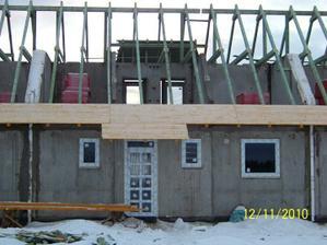 Ešte bez strechy, ale už máme okná a dvere :) - November 2010