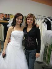 zkouška svatebních šatů s kamarádkou